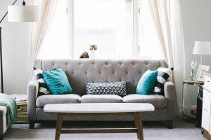 Na kavču je lahko koristna vsaka blazina